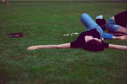 woman_jeans_park